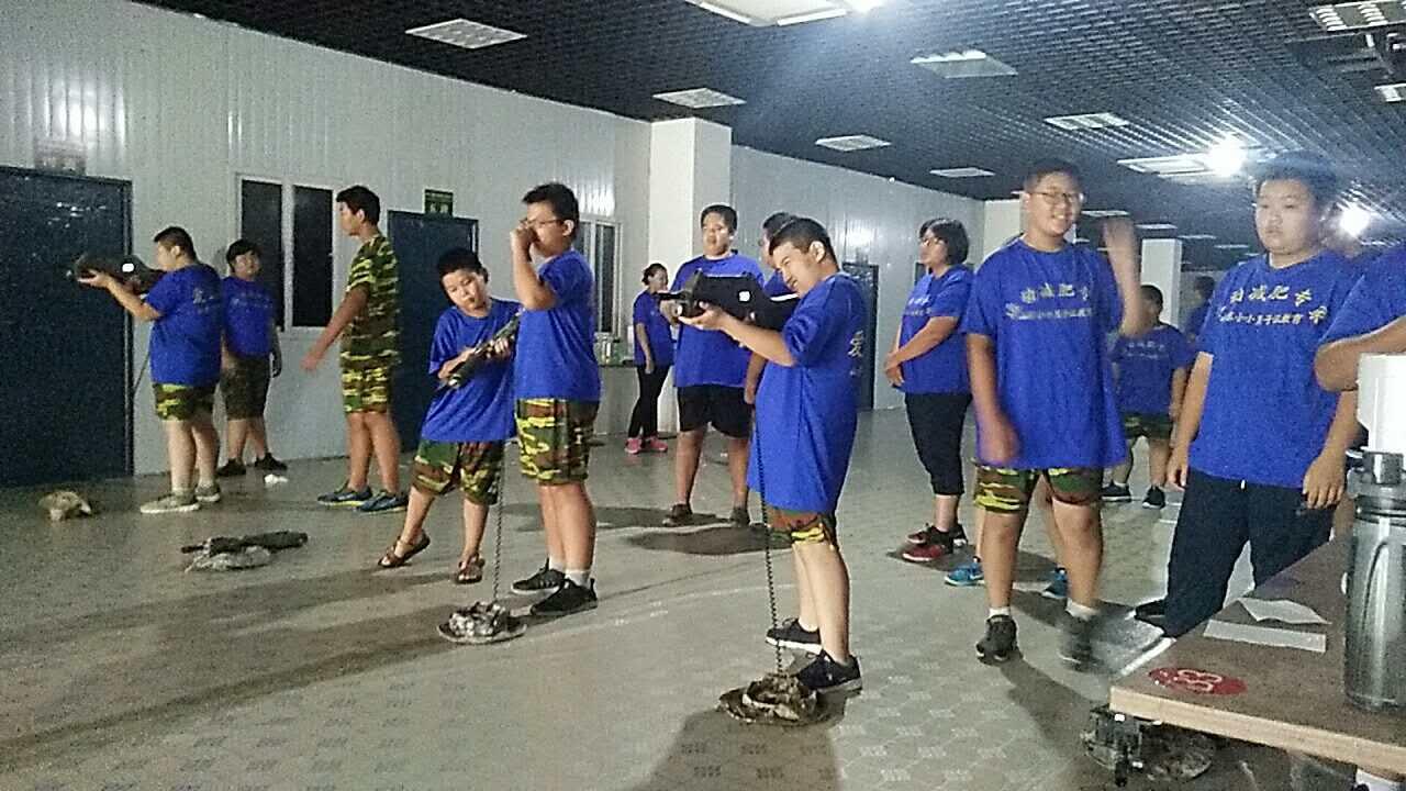 由专业的体适能高级教练指导学生训练.jpg